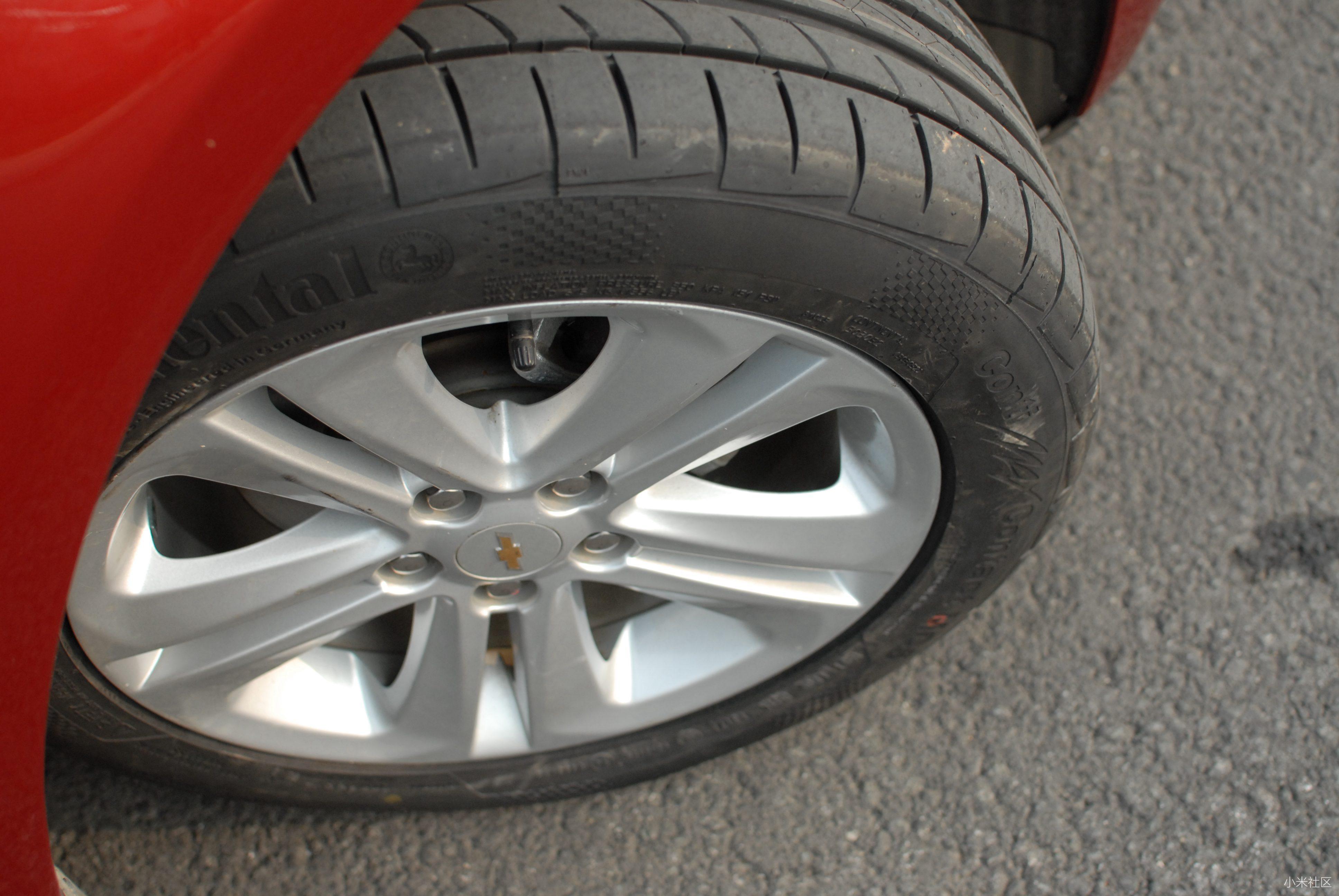 内圈彩色纹理部份是这款轮胎的静音部份处理,细小的花纹在触地时利用